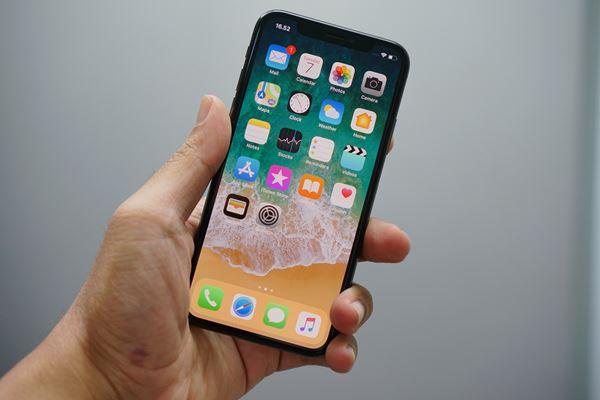 mão segurando iPhone